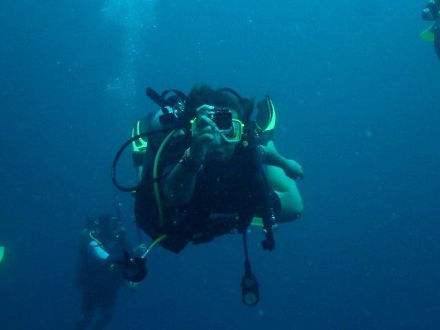 Yo sacando una foto mientras buceo en Tailandia,