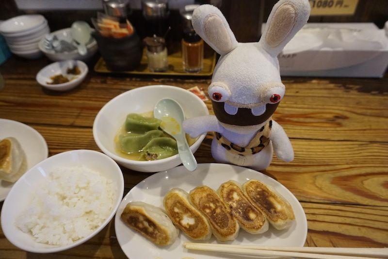 Yoko probando las deliciosas gyozas de Utsunomiya