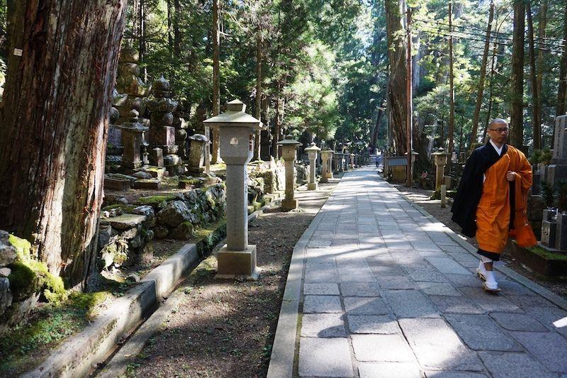Un monje paseando por el increíble cementerio Okunoin