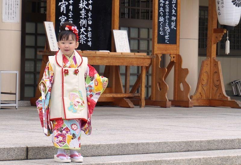 Una niña a la salida del templo sintoísta al lado del castillo de Hiroshima