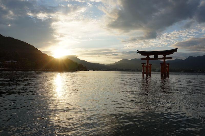 El precioso atardecer contemplando el torii más famoso de Japón
