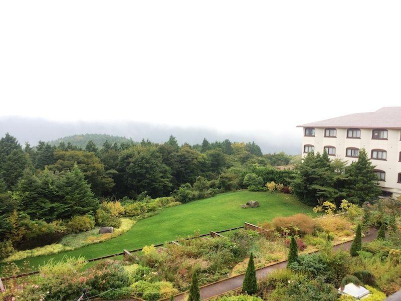 Vistas desde la habitación en Hakone. Detrás de las nubes está el Monte Fuji :D