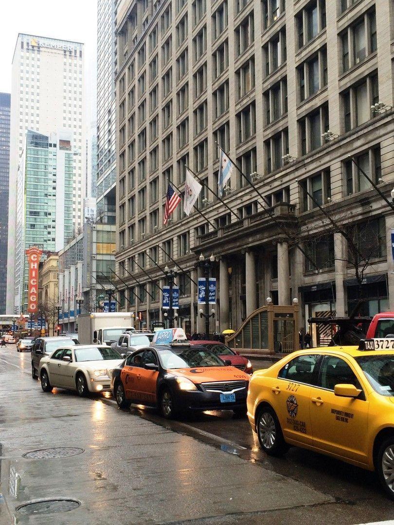 Taxis en una calle de Chicago y el río que cruza la ciudad (en este punto, justo por delante de la Torre Trump)