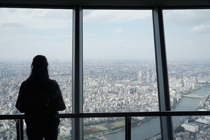 Ana a 350 metros, disfrutando de las vistas desde el Tokio Skytree