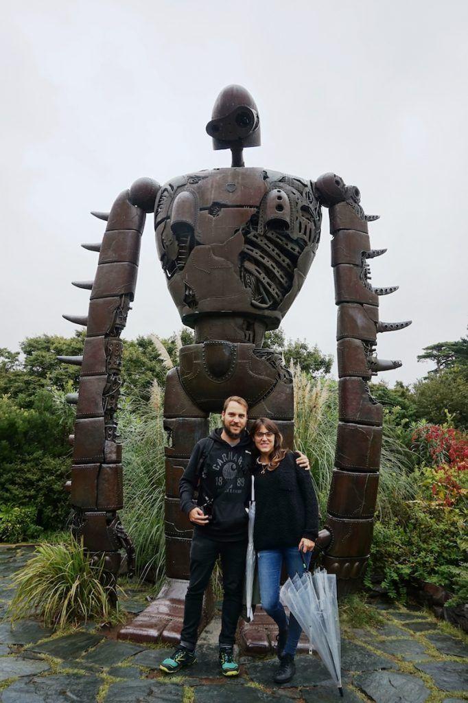 Ana y y Javi felices en el museo Ghibli