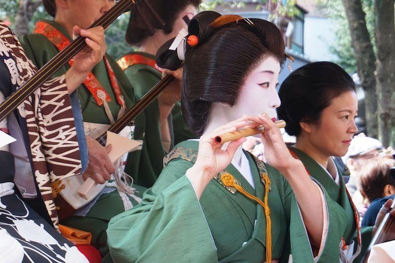 La procesión a la salida del templo Senso-ji