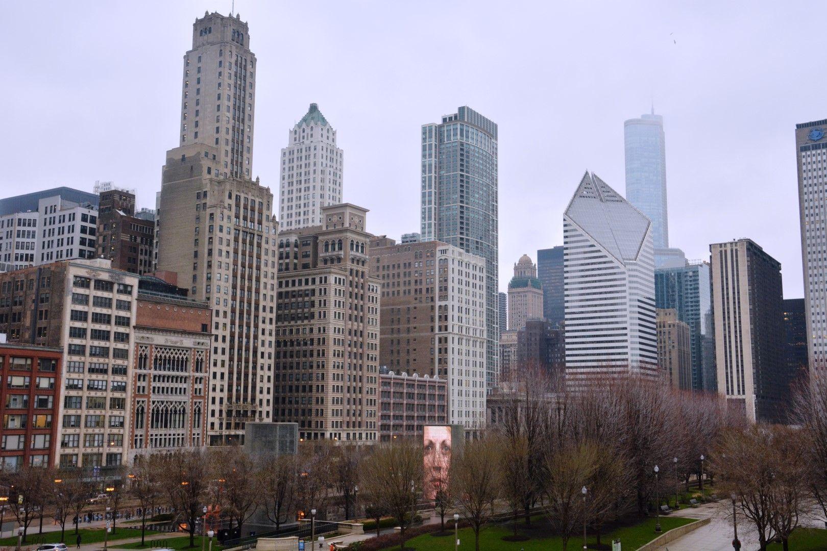 Vista del Millenium Park y los rascacielos que lo rodean