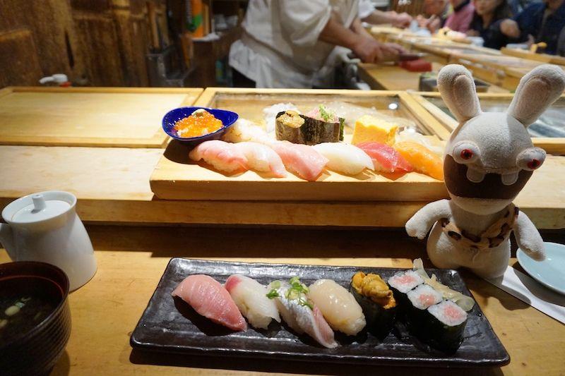 Yoko flipando con estas piezas de sushi en el mercado Tsujiki
