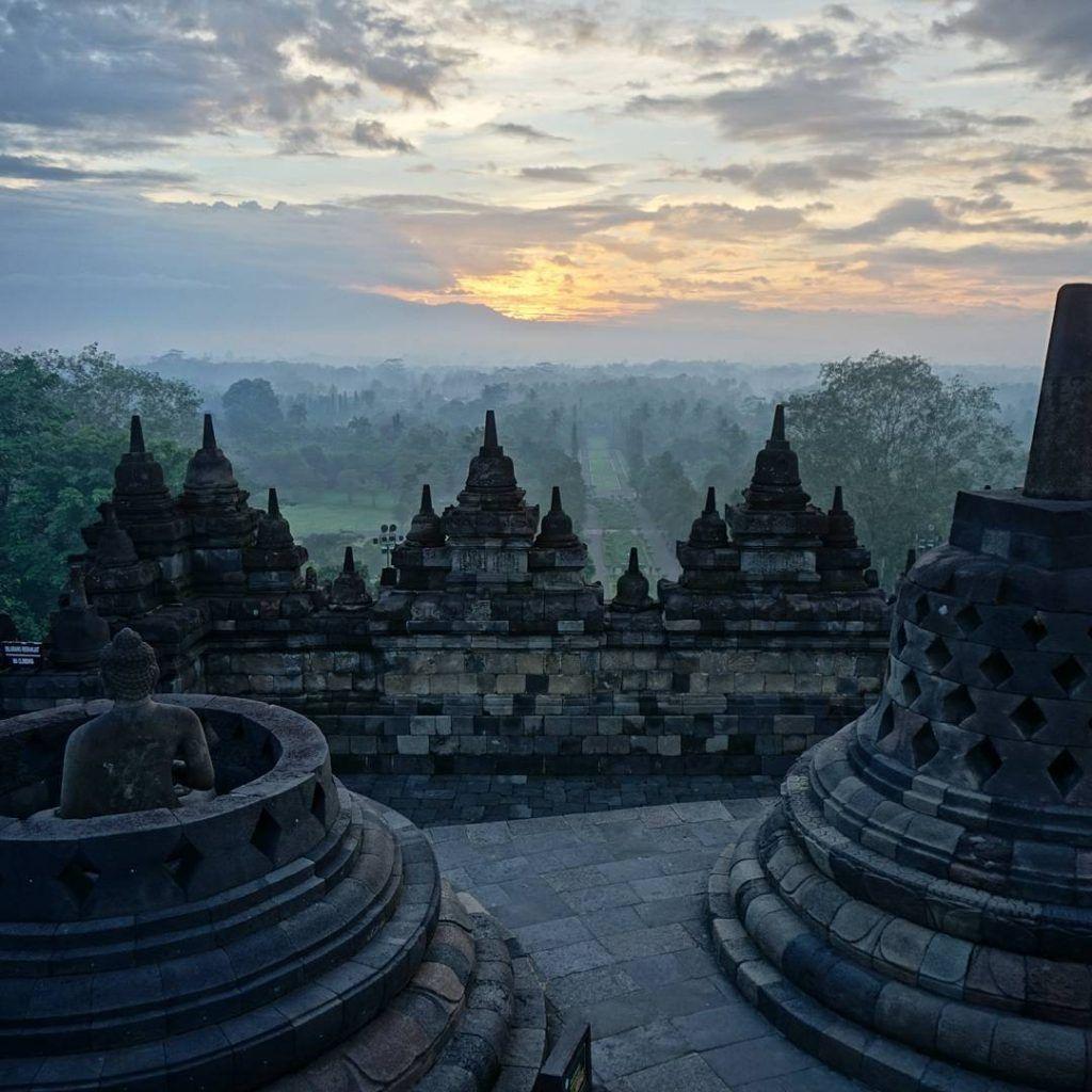 Borobudur: el monumento budista más grande del mundo. Fue descubierto en 1814 después de su abandono en el siglo XIV con la desaparición de los reinos budistas e hindúes en la isla de Java y la conversión al Islam. Hoy es un santuario y lugar de peregrinaje budista. Es también de los sitios más impresionantes en los que hemos estado hasta ahora.