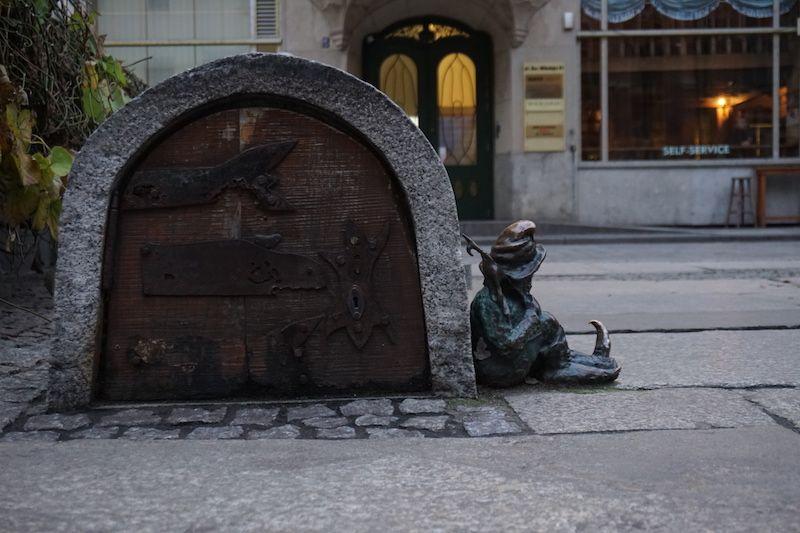 Uno de los 175 duendes que se esconden por Wroclaw
