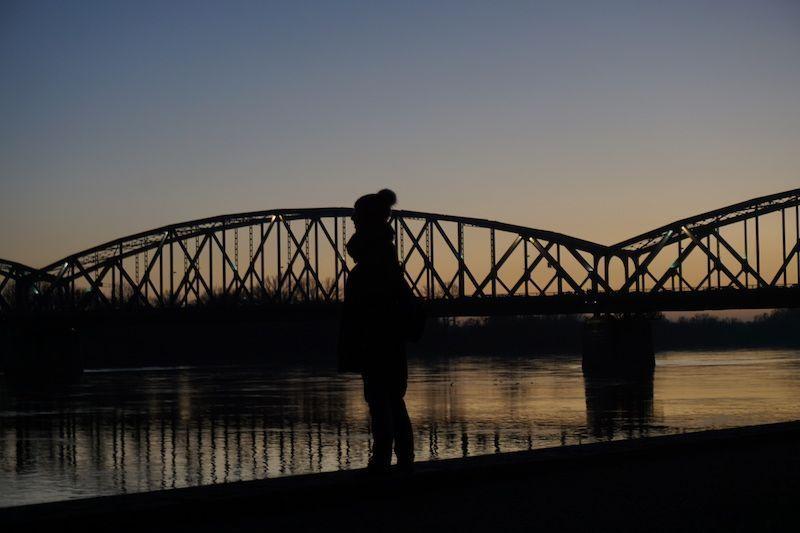 ¡Vaya sorpresa con #Torun! 😍 Nos regala el primer cielo azul de estos días y un atardecer espectacular cerca del puente #pilsudski a orillas del río Vistula.