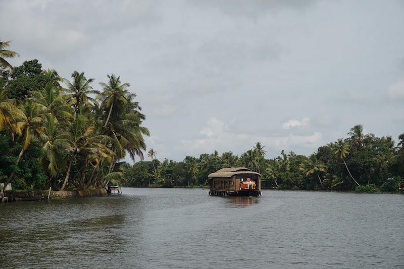 Un kettuvallam, el houseboat tradicional, por los backwaters de Kerala