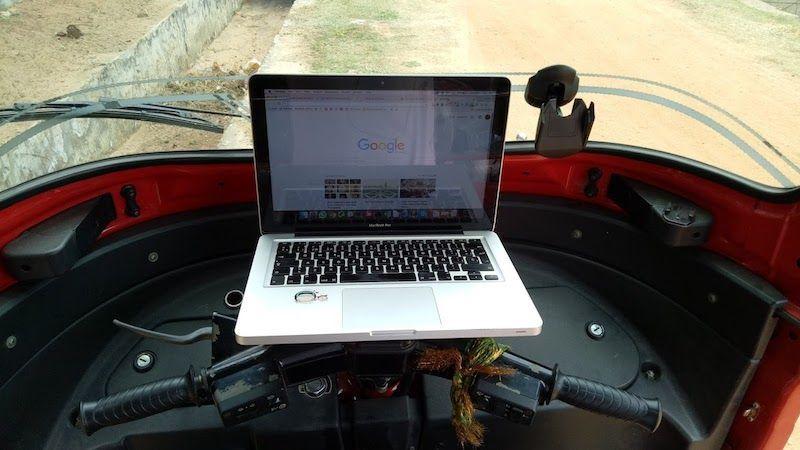 portatil en el tuk tuk rojillo, remoter style