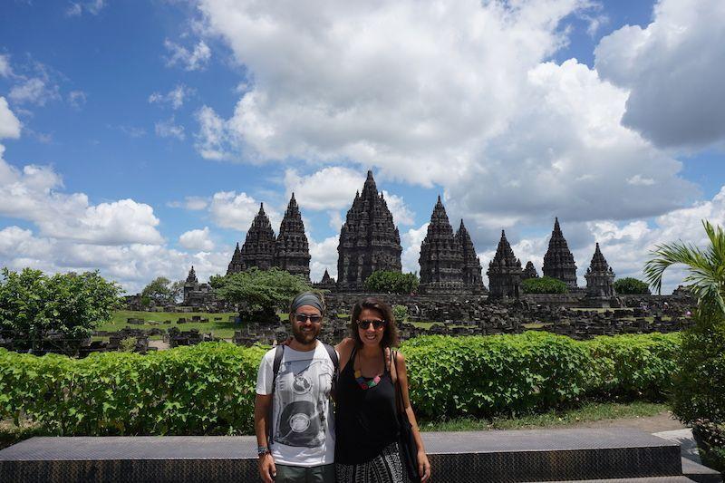 ¿Angkor? ¡No! ¡Prambanan en Java! Os deleitamos con este conjunto impresionante de templos hindúes dedicados a los tres dioses primordiales de esta religión: Shiva, Brahma y Visnú. ¿Increíble verdad?