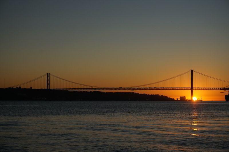 Plan imprescindible en #Lisboa: contemplar el atardecer en el #Tajo. La despedida del sol detrás del #puente25deAbril es uno de los mejores planes lisboetas (¡y gratis!). 🌅 Sugerencia de #Randomtrip: añadir una cervecita al plan. 🍻