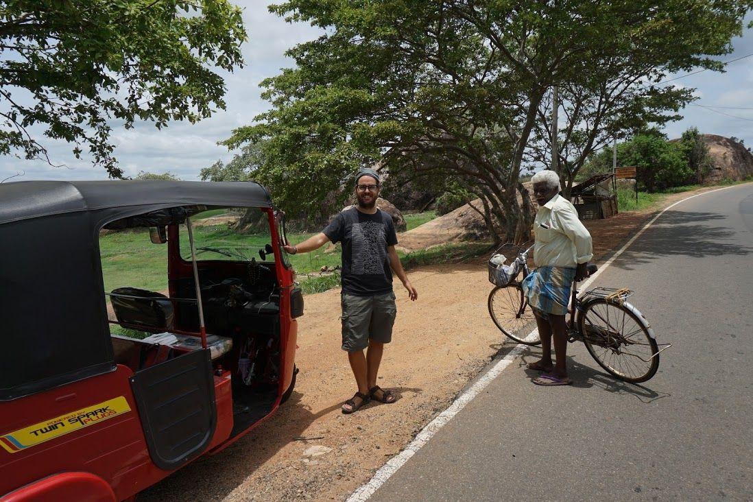 tuktuk-chris y señor en bici