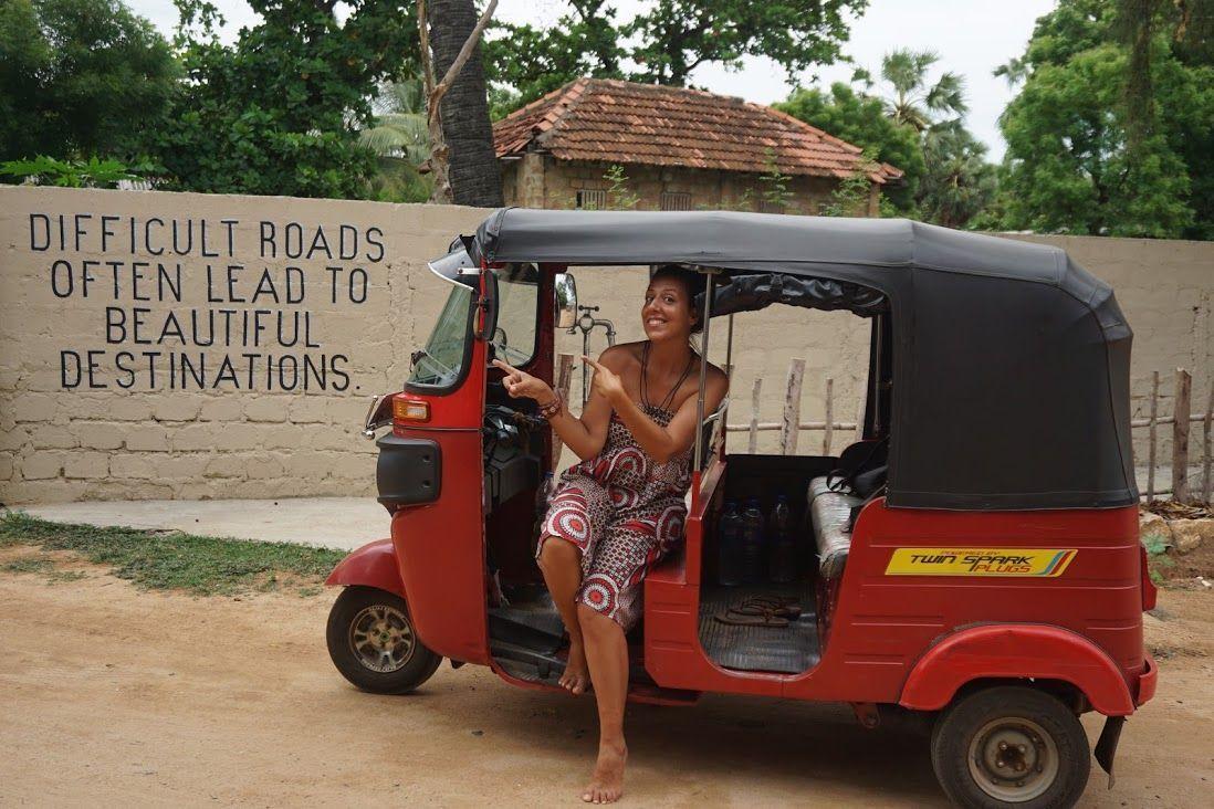 """Inês en nuestro Tuk Tuk """"Rojillo"""" en el que exploramos la bella isla en dos viajes distintos"""