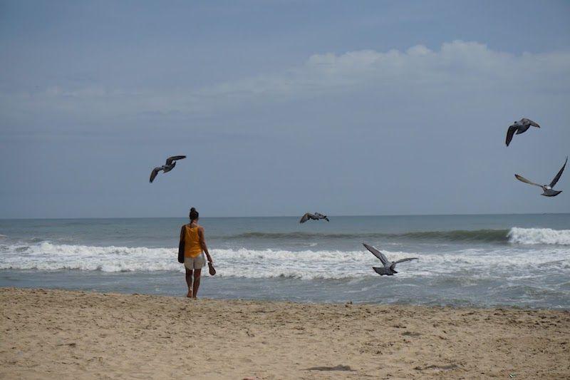 Inês en la playa sagrada de Varkala, Papanasam. Se dice que al bañarte en estas aguas se limpian los pecados de tu alma...