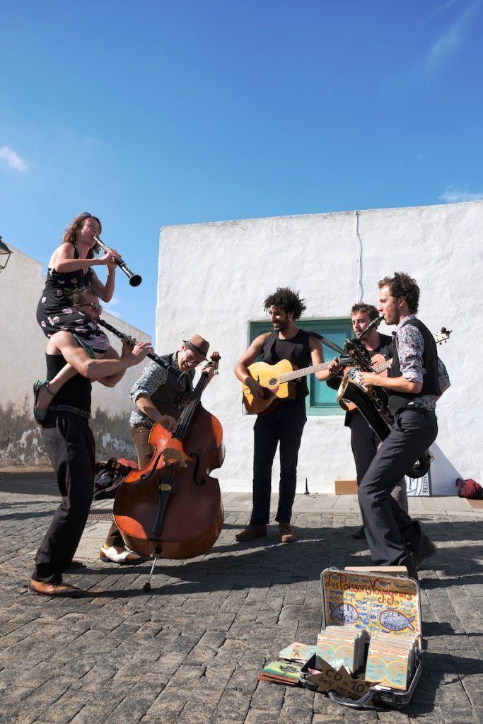 banda tocando en la calle en Teguise