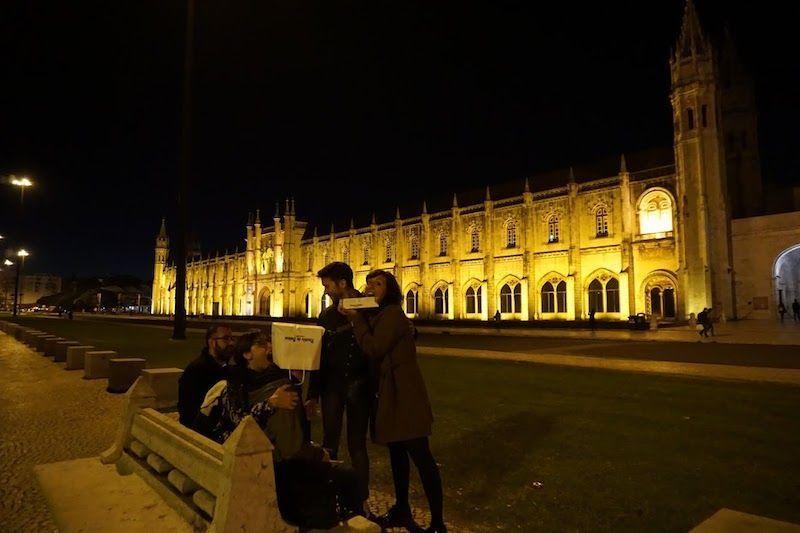 Degustando pastéis de Belém frente al Monasterio de los Jerónimos, de noche