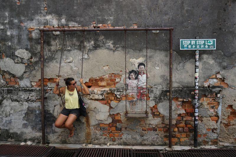 """El street art de GeorgeTown, en Penang empezó en 2012 de la mano del lituano Ernest Zacharevic, que durante la celebración del George Town Festival le encargaron crear """"Mirrors George Town"""", una colección de obras de arte callejero por las calles de la ciudad."""