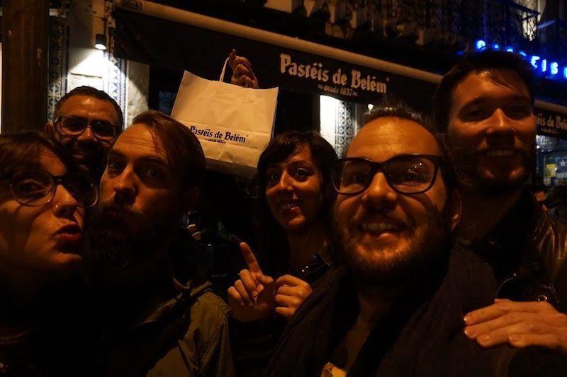 Nosotrxs con nuestros amigxs lalalastrololos en frente a famosa pastelería Pastéis de Belém, en Belém (Lisboa)