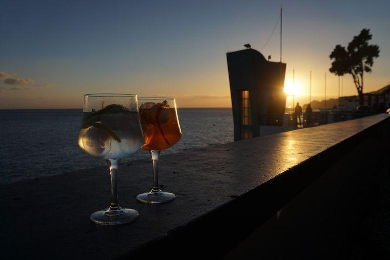 Una de las mejoras formas de disfrutar del atardecer en Madeira: en Funchal, con jazz de fondo y un gin tonic / madeira tonic