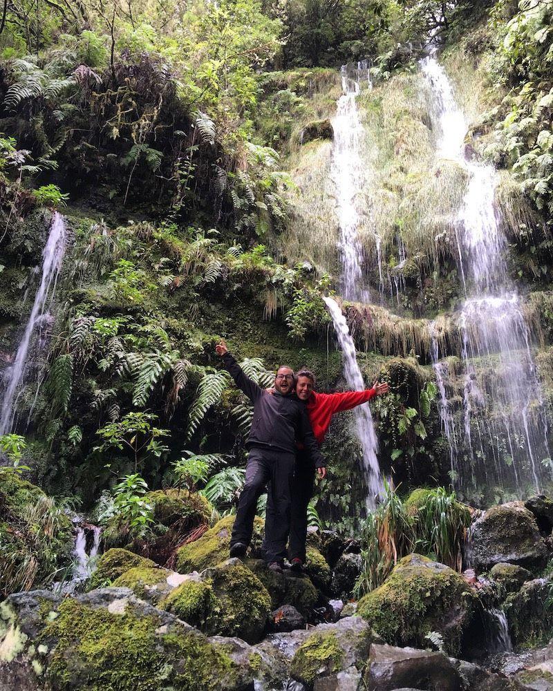 Haciendo malabares con el móvil para sacar esta foto, pues al ser Enero y no hacer muy buen tiempo, estábamos sólxs en la Levada del Caldeirão Verde!