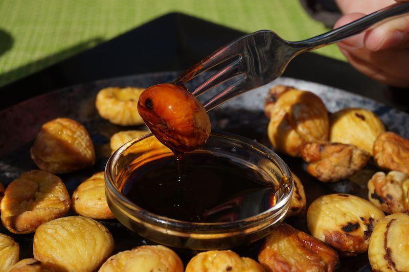 Las castañas son uno de los ingredientes típicos de la pequeña aldea de montaña de Curral das Freiras. Aquí, en uno de sus platos típicos: Castanhas grelhadas com mel de cana