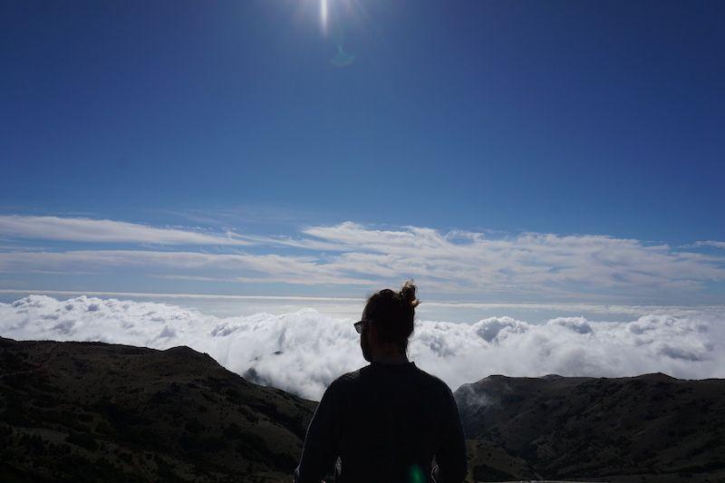 Chis observando las nubes desde un mirador cerca de Pico do Arieiro