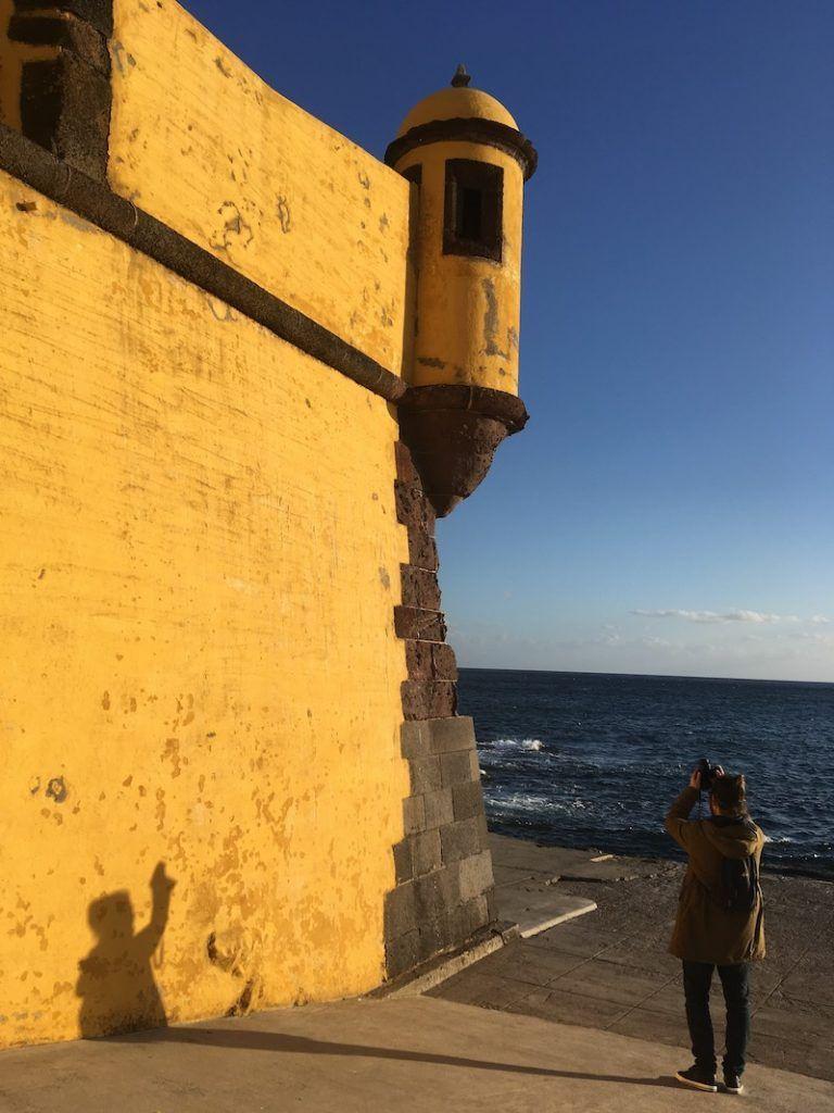 Chris haciendo fotos al fotogénico Forte de São Tiago en Funchal