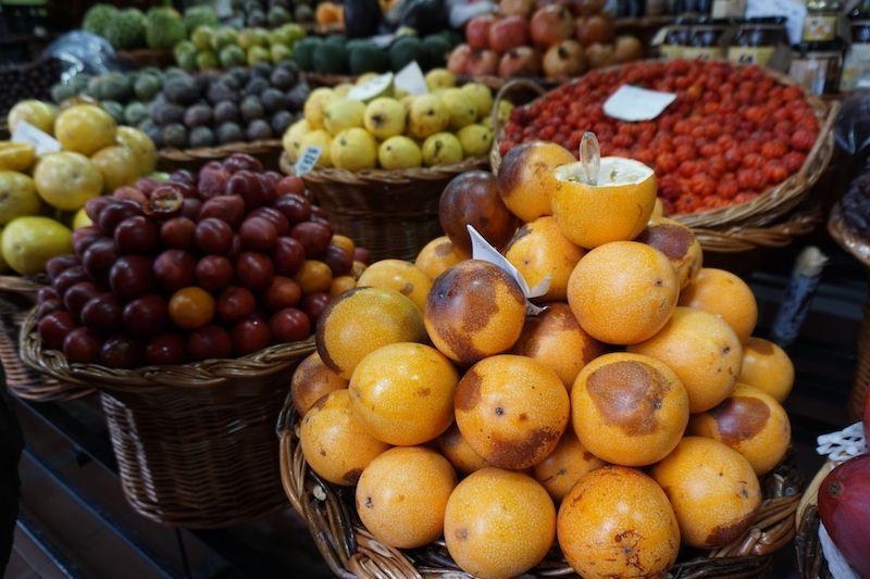 """No puedes olvidarte de probar los diferentes tipos de maracuyá que hay en la isla. La """"maracujá-laranja"""" nuestra preferida! Eso sí, a precio de oro (20€/kilo)"""