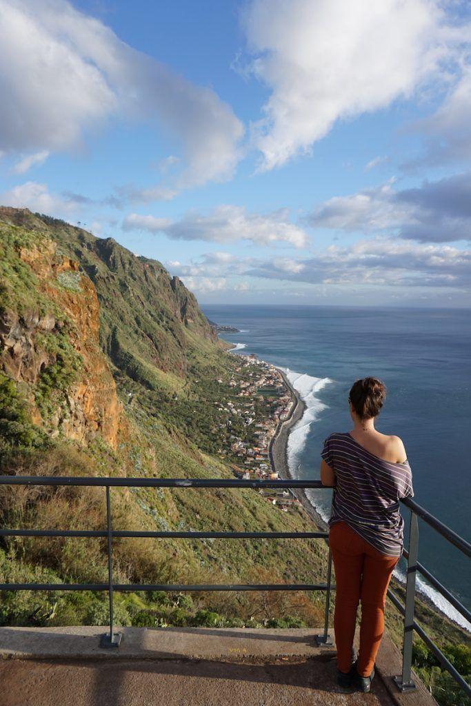Inês disfrutando de las vistas desde un mirador que encontramos de camino a Paul Do Mar