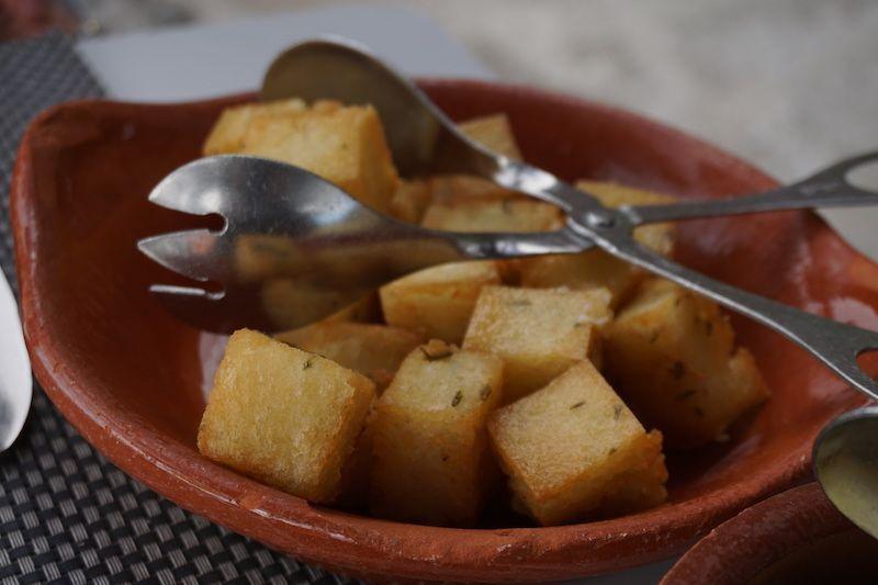 Uno de los acompañantes estrella en Madeira (aparte del bolo do caco con manteiga de alho), es el milho frito