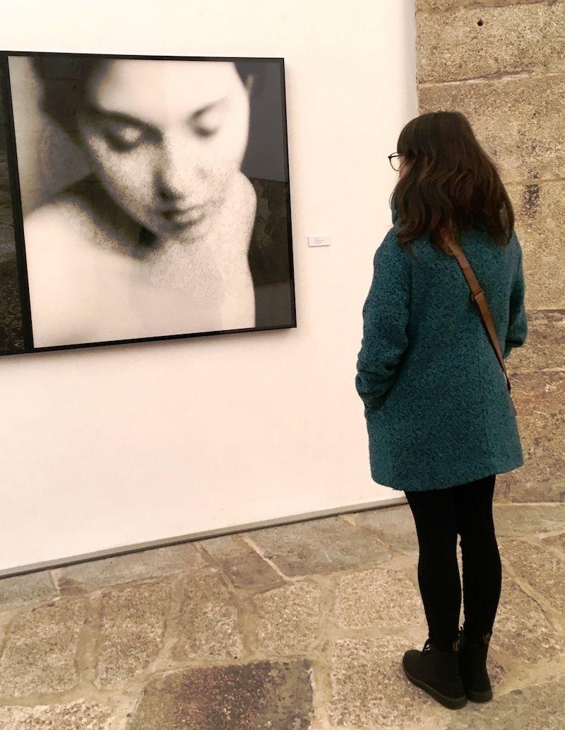 """Ana mirando a """"Ana"""", una fotografía de la exposición de Alejandro Castellote, en el CPF"""