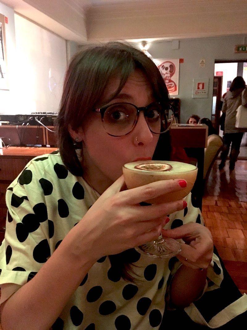 Ana y su delicioso cocktail de gin con maracuyá en Maus Hábitos