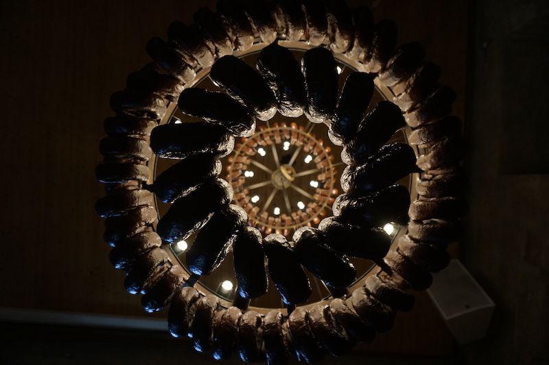 Una lámpara hecha de embutidos de pasta de papel, en Casa da Terra