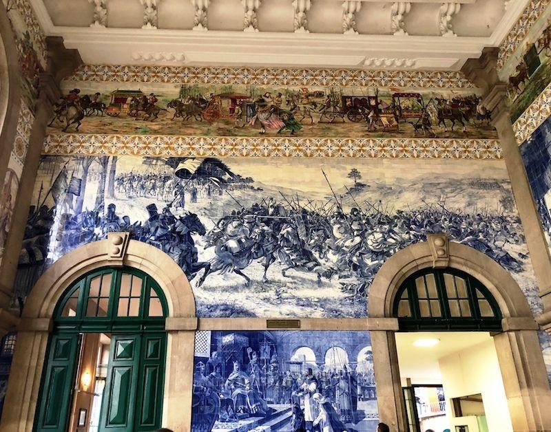 Los azulejos de la estación de São Bento. Es para quedarse con una tortícolis al mirar todo el rato hacia arriba de lo bellos que son, ¿verdad?
