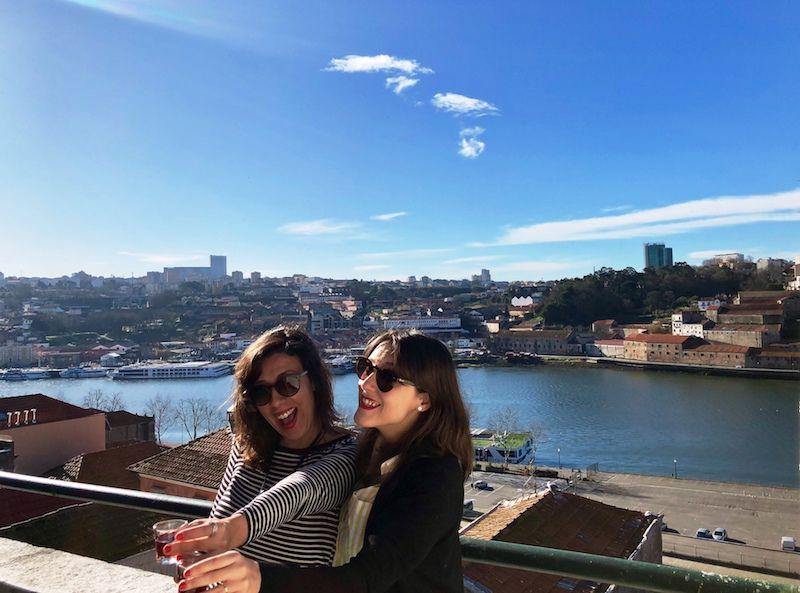 ¡Ese chupito de Oporto a las 11h de la mañana! (era sólo para la foto, por eso nos tuvimos que beber dos o tres, la foto no salió a la primera, jajaja...)