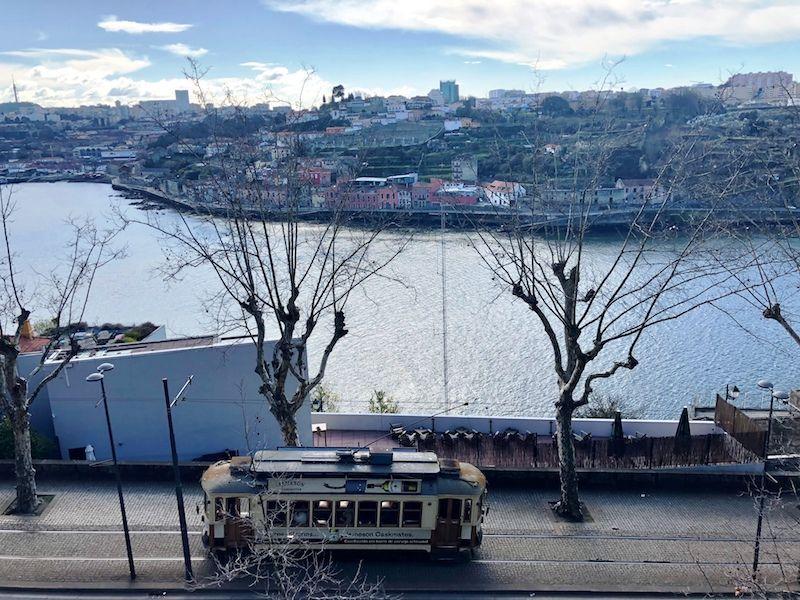 El río Duero y un tranvía pasando desde el Palacio de Cristal