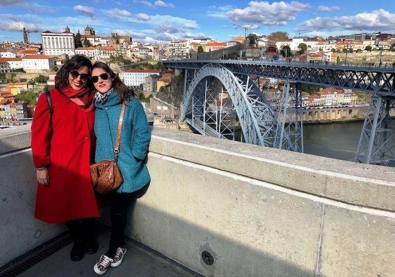 Nosotras, justo después de cruzar el puente D.Luís con el mismo saludando al fondo