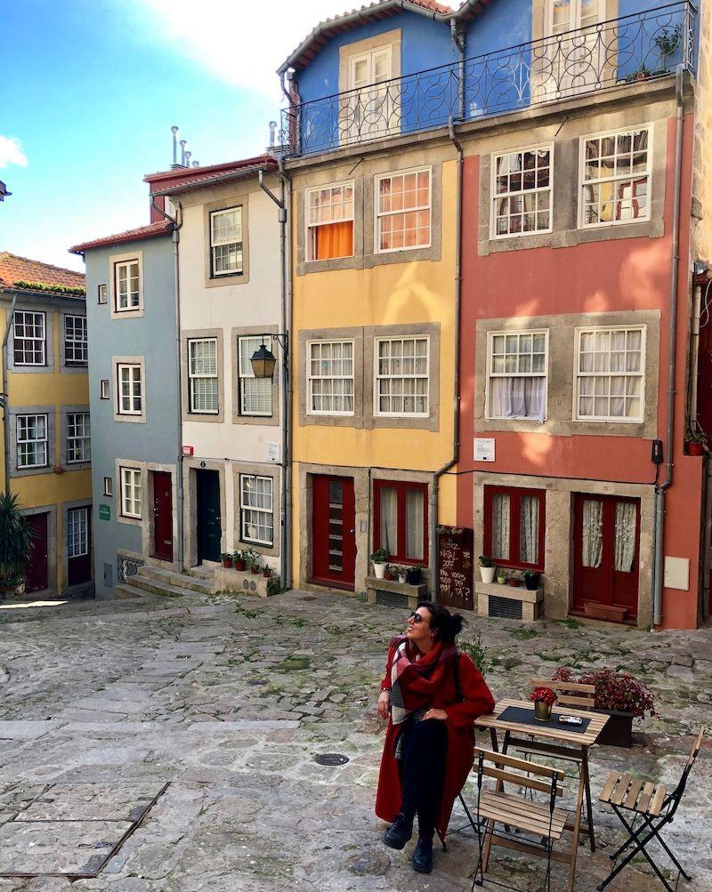 Inês bajo la lente de Ana, en una colorida callejuela de Oporto
