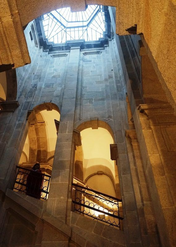 Inês en las imponentes escaleras del Centro Portugués de Fotografía