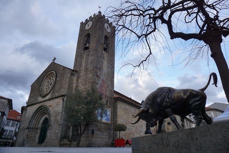 """Largo da Picota con la """"Igreja Matriz"""" y la """"Vaca das cordas"""", Ponte de Lima"""