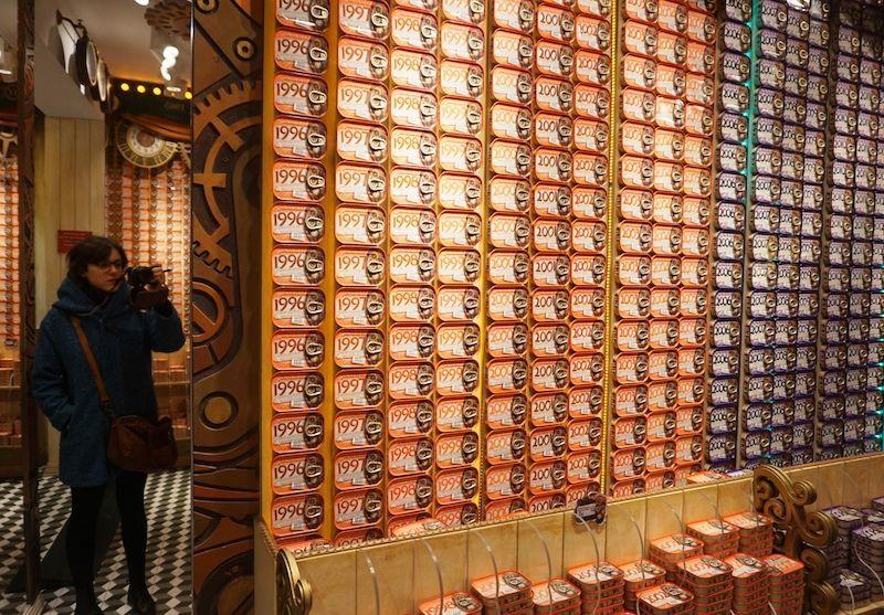 """El paraíso de las conservas. En vez de """"Charlie y la Fábrica de Chocolate"""" es """"Ana, Inês y la Fábrica de las Conservas"""".. De verdad, es como entrar en un mundo fantástico de las conservas."""