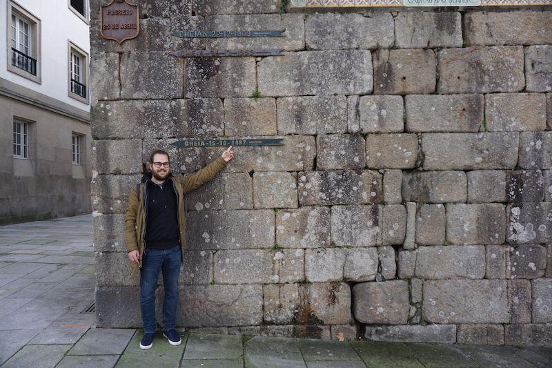"""Chris frente a la muralla de la """"Torre da Cadeia Velha"""" una crecida de agua de su año, 1987. No ha llovido desde entonces..."""