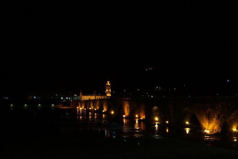 El puente de Ponte de Lima iluminado, por la noche
