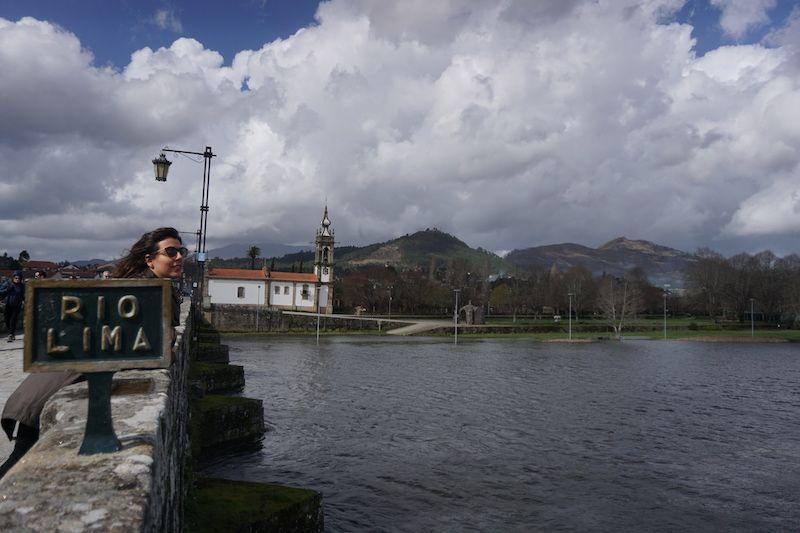 Inês en el puente sobre el río Lima