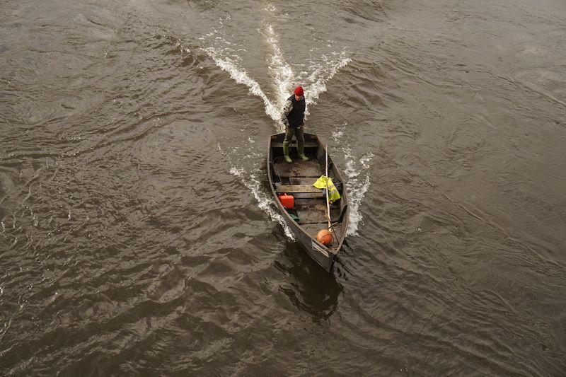 Un pescador en el río Lima