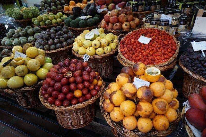 Frutas riquísimas madeirenses: distintos tipos de maracuyá, pitanga, tomate inglés...